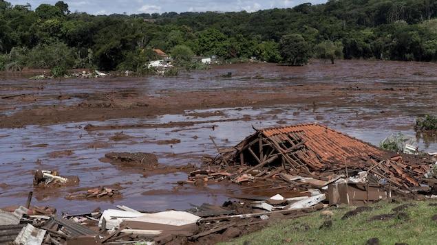 Une maison emportée par les eaux boueuses après l'effondrement d'un barrage près de Brumadinho, au Brésil, le vendredi 25 janvier 2019.