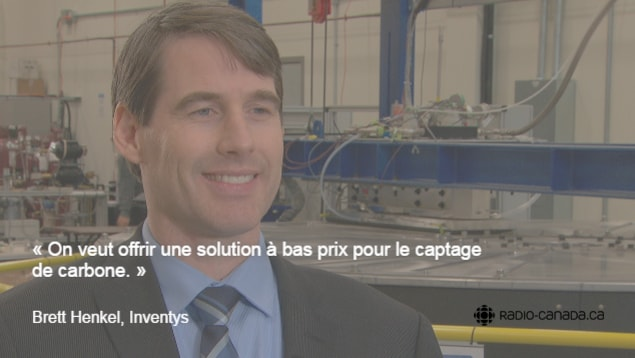 Brett Henkel, vice-président d'Inventys, devant une installation de captage de carbone.