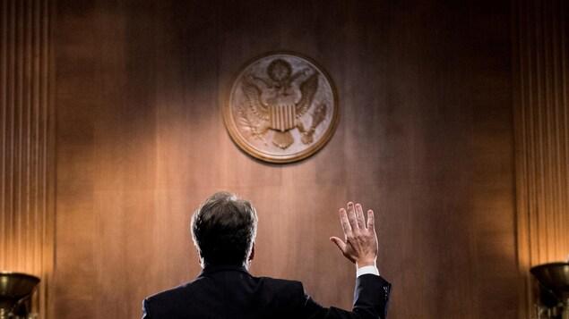 Le juge Brett Kavanaugh a été photographié de dos au moment où il jurait avant de témoigner devant le comité judiciaire du Sénat américain.