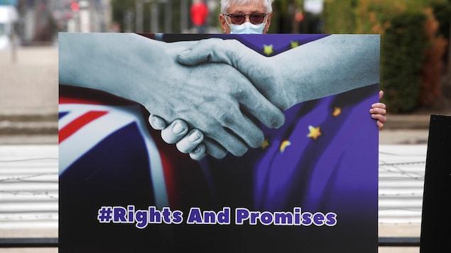 Un manifestant avec une pancarte demande un accord entre Londres et les 27.