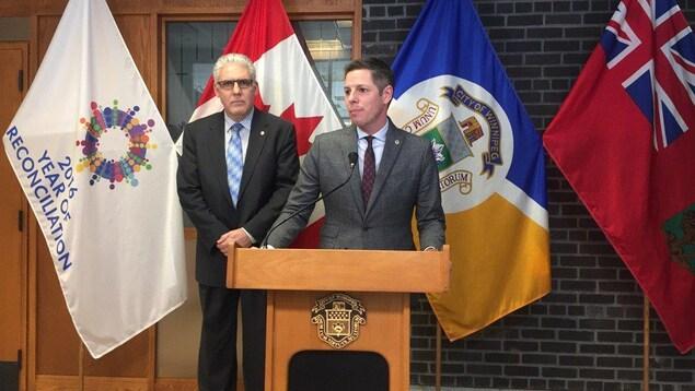 Administrateur de la Ville, Doug McNeil (gauche) et le maire Brian Bowman