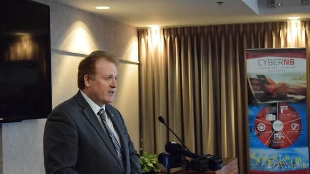Le ministre Brian Kenny parle de cybersécurité à l'Université du Nouveau-Brunswick.