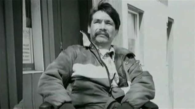 Brian Sinclair est assis dans son fauteuil roulant avant sa mort, à l'âge de 45 ans, en septembre 2008.