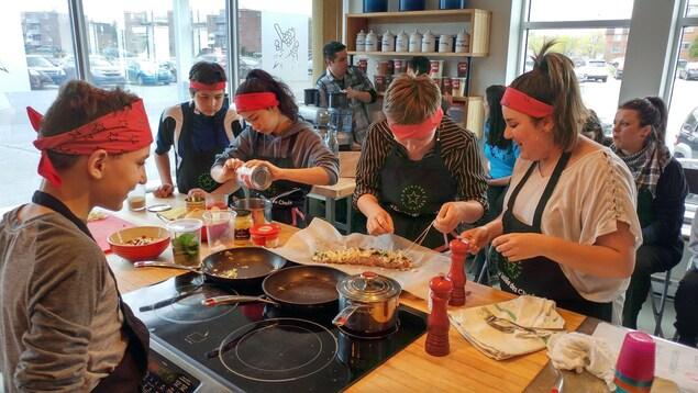 Des jeunes en action lors de la demi-finale des Brigades culinaires de la Tablée des chefs.