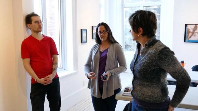 La conseillère Brigitte Dorge (au centre) parle aux participants Eric Rae et Pierrette Sherwood.
