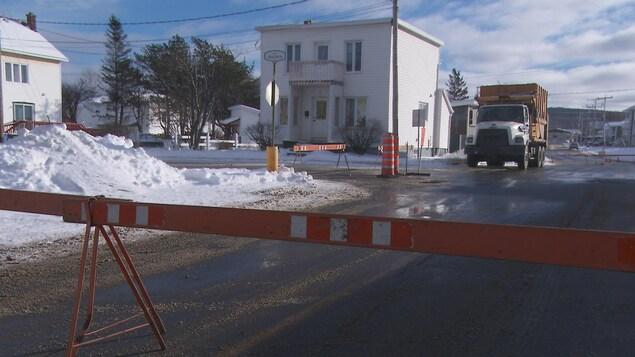 Camion et barrières à une intersection.