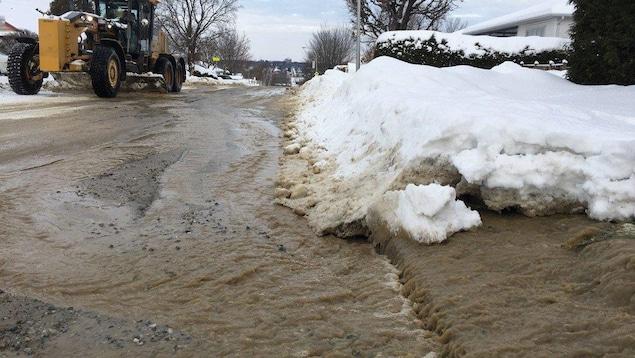 Fuite d'eau rue Caron, à Sherbrooke.