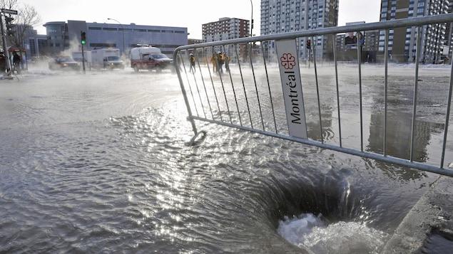 Vue panoramique d'une intersection inondée.