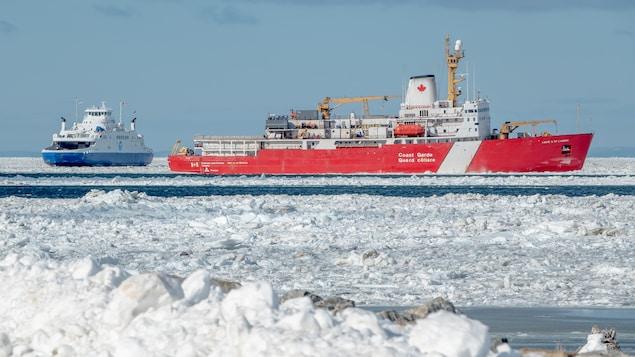 Deux navires avançant dans les glaces.