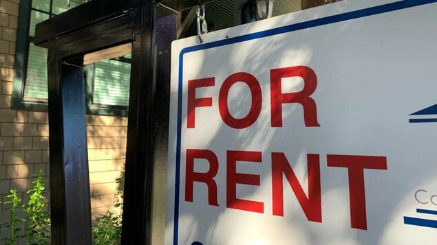 Sign sa labas ng bahay na nagsasabing for rent.