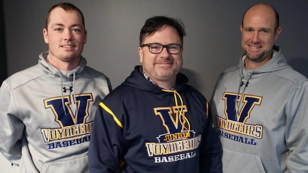 De gauche à droite : Brodie Jeffery, entraîneur-chef, Michel Larivière, entraîneur, Jean-Gilles Larocque, aide-entraîneur de l'équipe de baseball masculin Voyageurs à l'Université Laurentienne de Sudbury.