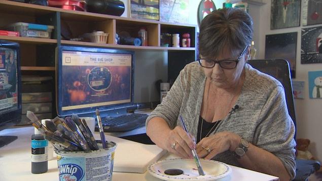 Audrie Brooks en train de peindre.