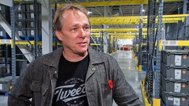 M. Linton en entrevue au milieu de son centre de distribution à Smiths Falls.