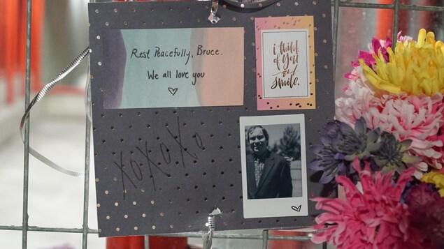 Des messages à la mémoire d'une victime à la station Westboro d'Ottawa.