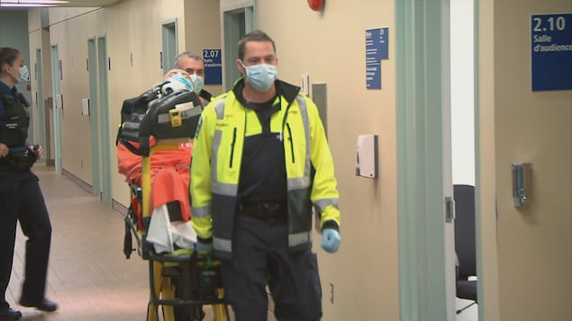Un homme de 59 ans a attaqué sa soeur vendredi au palais de justice de Québec. Il aurait utilisé un crayon.