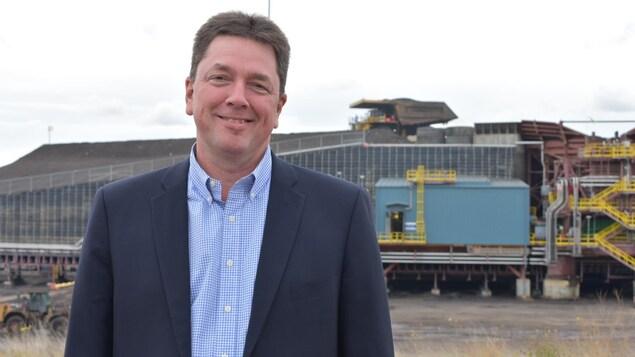 Le gestionnaire des services régionaux de Suncor, Bruno Francoeur, devant les installations de la mine Fort Hills, en Alberta.