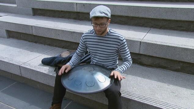 Bruno Lemelin pratique le hang drum, un instrument de musique acoustique.
