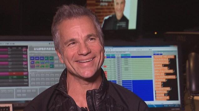 Bruno Pelletier se trouve dans la régie d'un studio de radio.