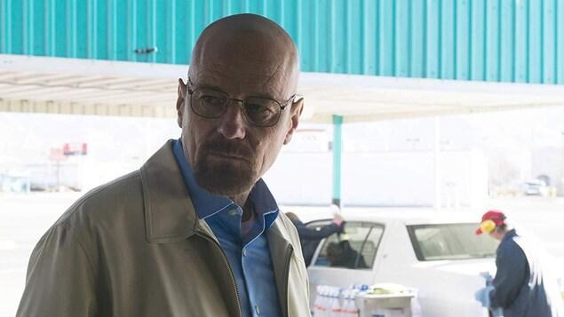 L'acteur Bryan Cranston, incarnant Walter White, dans une scène de la série <em>Breaking Bad</em> qui se déroule dans un garage.