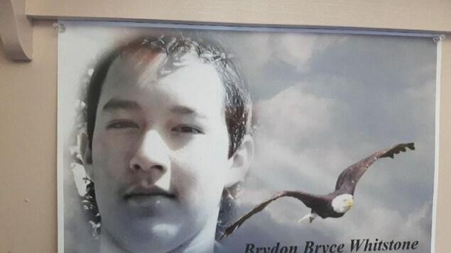 Une photo de Brydon est accrochée au-dessus du lit de son père.