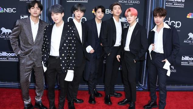 Les 7 chanteurs posent sur le tapis rouge.