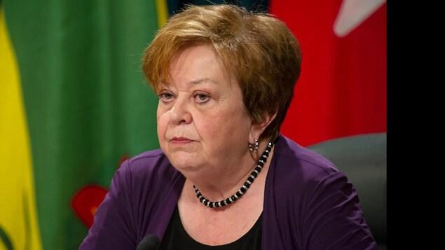 La ministre des Finances, Donna Harpauer, se prépare à présenter le budget lors d'une conférence de presse.