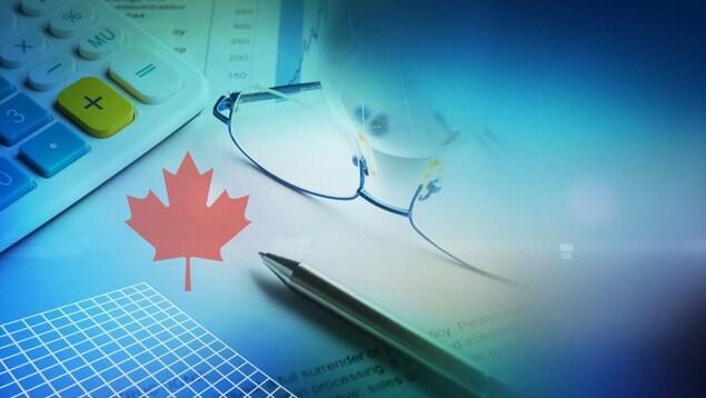 Une calculatrice, un crayon et des lunettes déposés sur des documents budgétaires, avec une feuille d'érable.