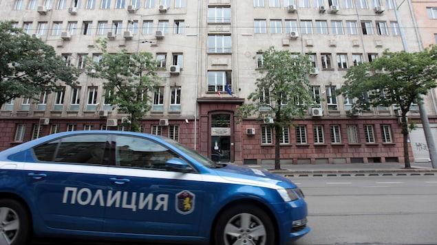 Une voiture de police devant les bureaux de l'Agence nationale du revenu de la Bulgarie.