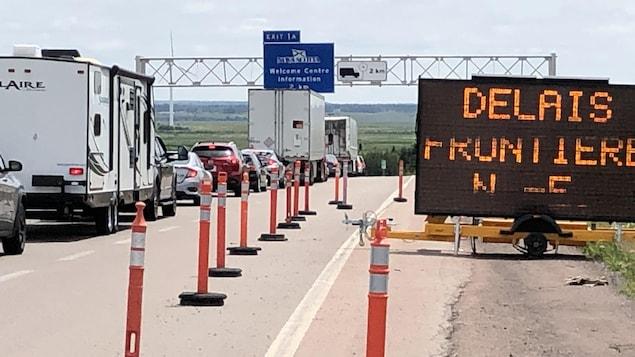 File de voitures et de camions sur l'autoroute.