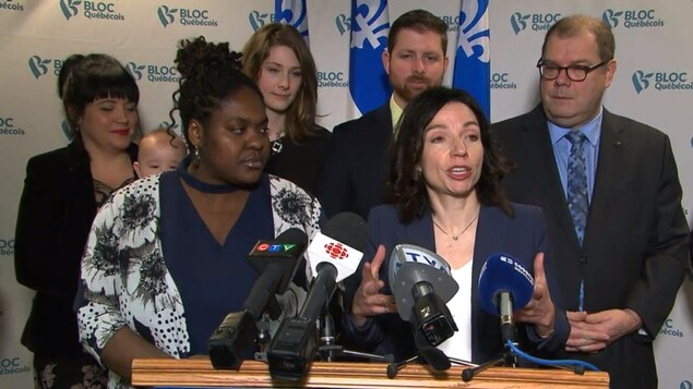 Kédina Fleury-Samson et Martine Ouellet en premier plan, en arrière plan Mario Beaulieu, président du bureau national du Bloc québécois, accompagné d'autres membres.