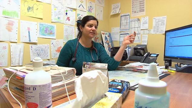 Dre Valérie Therriault à son bureau.