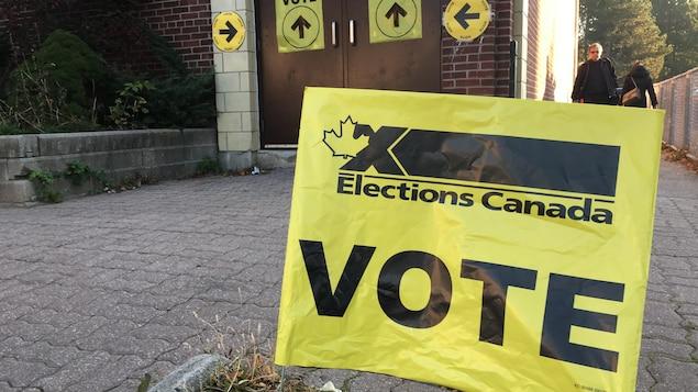 L'entrée du bureau de vote à l'École Wilkinson à Toronto dans la circonscription de Toronto-Danforth.
