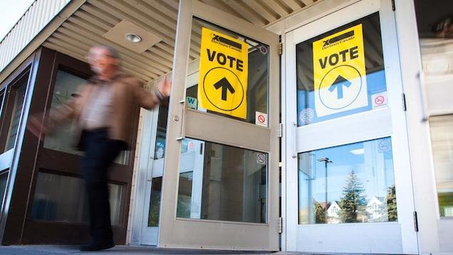 Un homme sortant d'un bureau de vote.