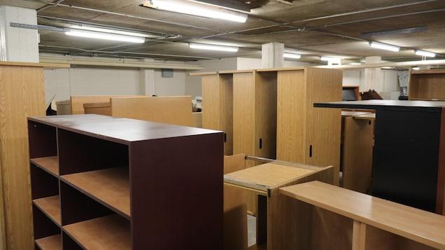 Des bureaux et des armoires dans l'entrepôt de l'Université Laval.