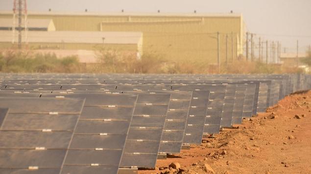 Des panneaux solaires de la mine d'or Iamgold Essakane près de Dori dans le nord du Burkina Faso.