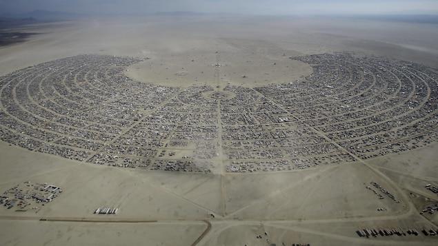 Chaque année pendant une semaine, le désert de Black Rock devient une véritable ville composée de véhicules récréatifs de toutes sortes. Le festival attire bon an mal an environ 70 000 participants.