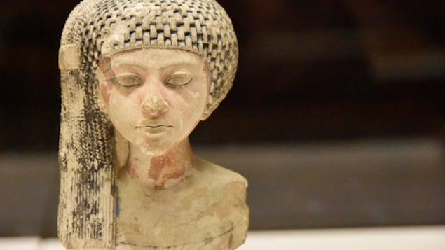 Buste attribué à la princesse Méritaton exposé au Musée du Louvre.