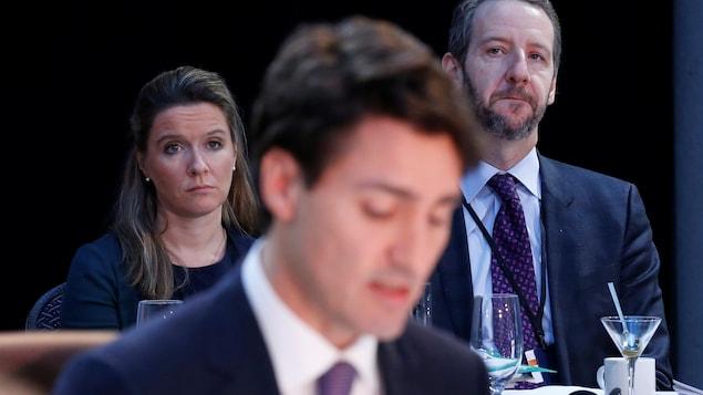 De gauche à droite :  la cheffe de cabinet de Justin Trudeau, Katie Telford, le premier ministre Justin Trudeau et son ancien secrétaire principal, Gerald Butts