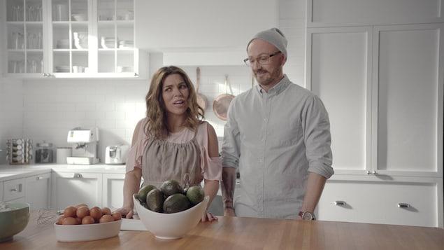 Une femme et un  homme sont dans une cuisine.
