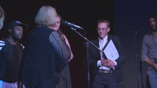 La président du jury Suzanne Campagne et le gagnant sur scène