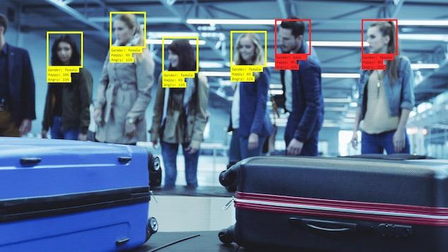 Des gens attendent leurs valises et leur visage est scanné par un logiciel de reconnaissance faciale.