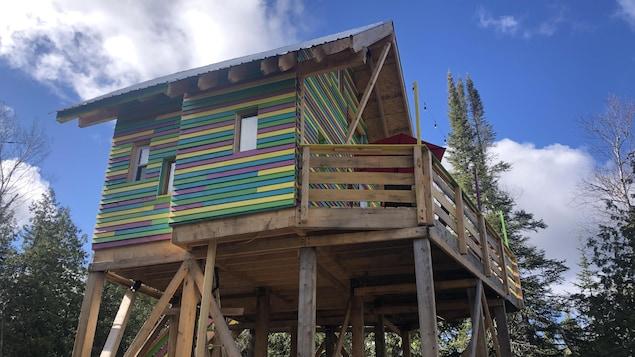 La grande cabane sur pilotis peut accueillir une famille.