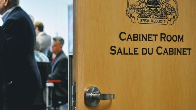Des députés progressistes-conservateurs dans la salle du Cabinet, à Fredericton