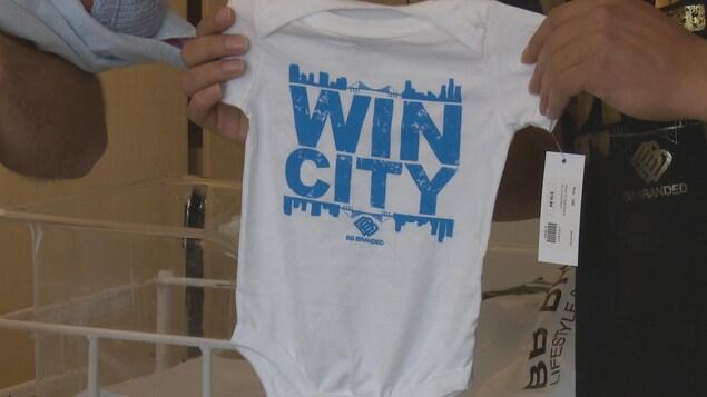 Un cache-couche, la mention «WIN CITY» est affichée en bleu.