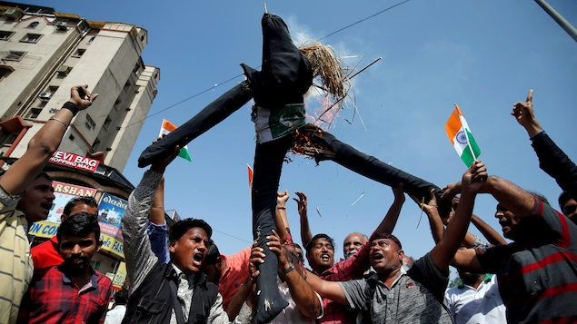 Des Indiens brûlent à Ahmedabad une effigie représentant le Pakistan alors qu'ils célèbrent la frappe aérienne menée par leur pays contre des camps du groupe islamiste Jaish-e-Mohammed en territoire pakistanais.