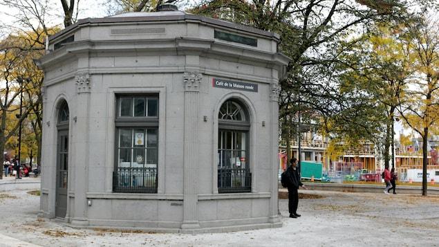 Le café de la Maison ronde, au square Cabot dans l'ouest du centre-ville de Montréal.