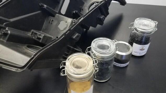 Une pièce de voiture avec des produits dans des pots de verre.
