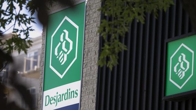 Deux enseignes montrant le logo de Desjardins sur la façade d'un bâtiment.