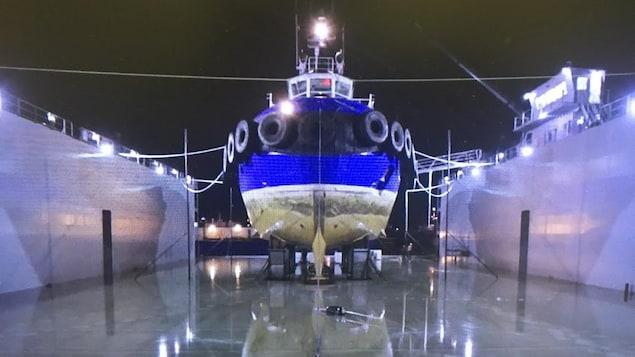 Un remorqueur de Groupe Océan sur la cale sèche flottante