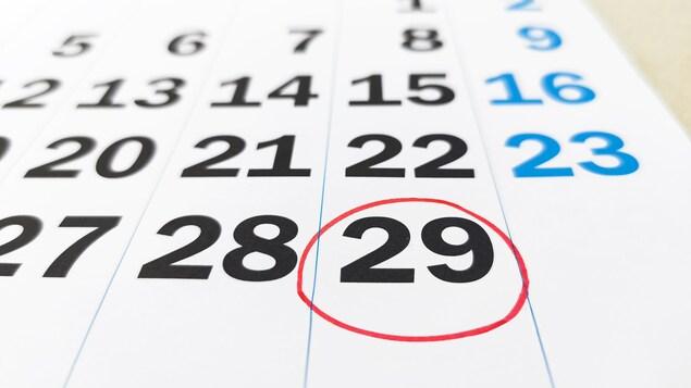 La date du 29 février est encerclée sur un calendrier.